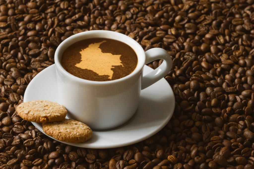 Café de colombia. Taza de café con mapa de colombia dibujado sobre la superficie del café. La taza esta sobre granos de café tostados