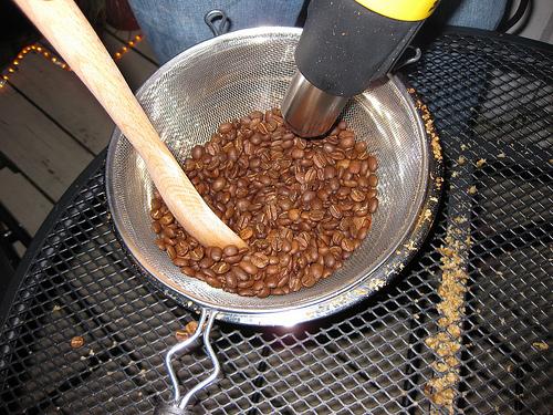 Tostar café en casa: Tostando café con ayuda de una pistola de calor.