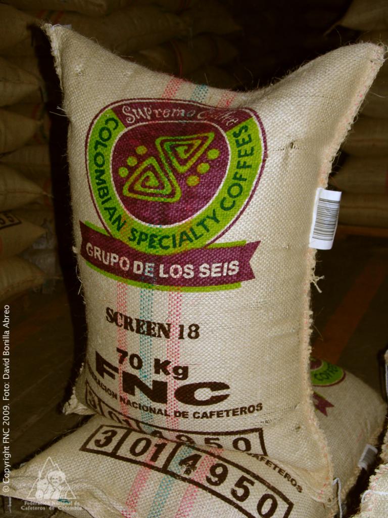 Saco de café con su correspondiente codigo de exportación y marca.