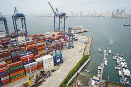 Exportación de café por vía marítima. Embarque en puerto.